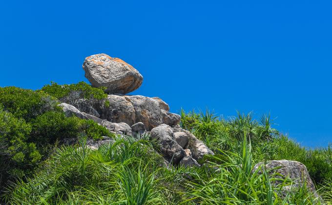 Những tảng đá thách thức trọng lực trên đảo ở quy nhơn bình định - 2